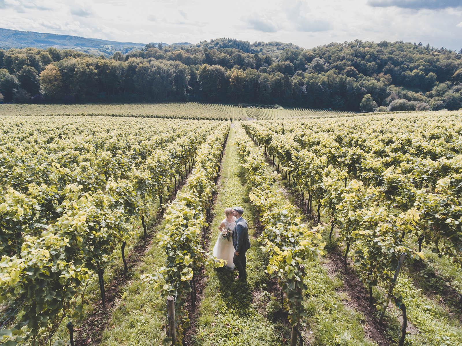 Avete mai pensato al matrimonio in vigna? Un'idea alternativa che celebra il forte legame degli uomini con la terra, con l'armonia della natura. Una sinfonia di profumi, colori, suoni che diventano sfondo e cornice di un giorno davvero indimenticabile.